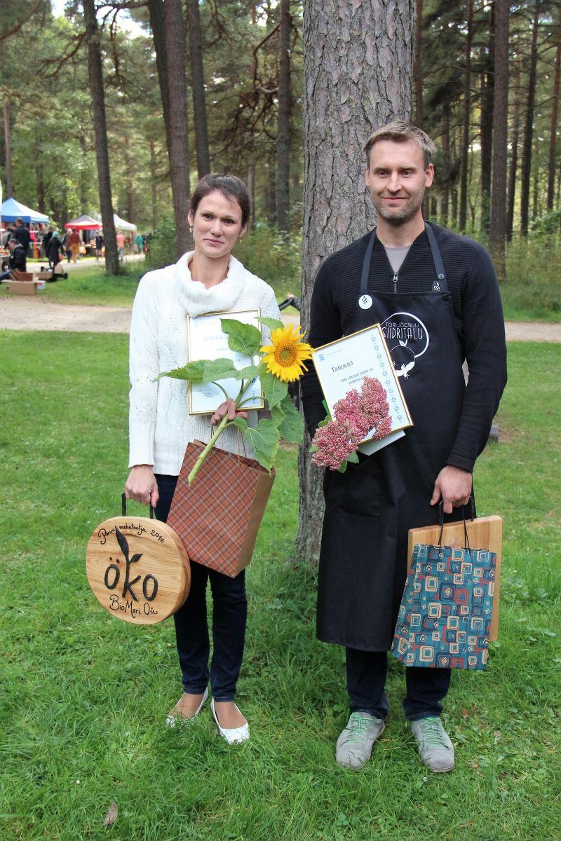 2016. a parima mahetootja Biomari OÜ esindaja Triin Ojanurme ja parima mahetoote valmistaja Karmo Haas Tori-Jõesuu Siidri- ja Veinitalust. Foto: Maheklubi.ee